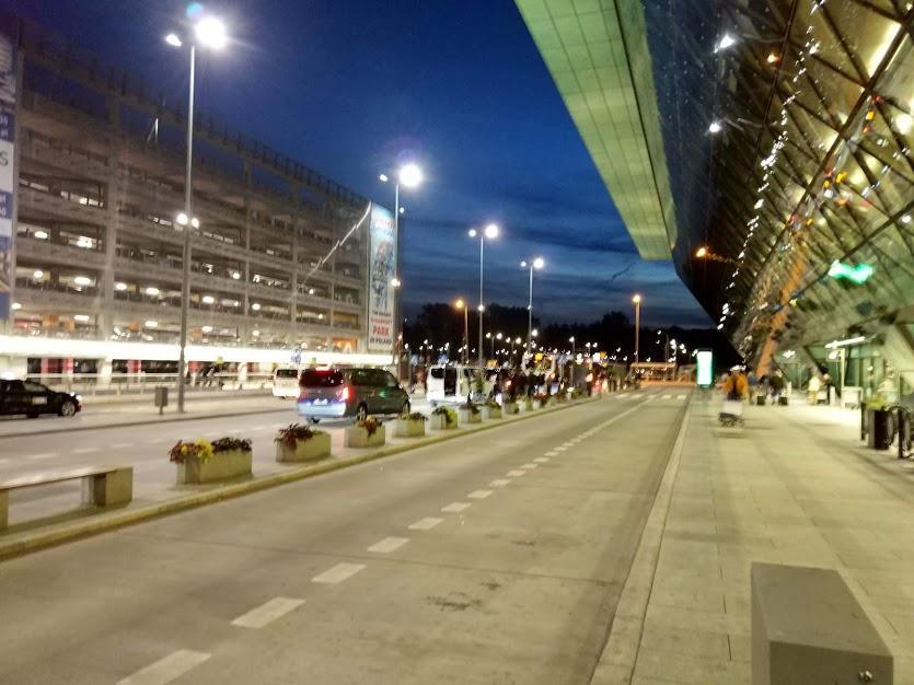 как добраться из аэропорта кракова в центр города ночью