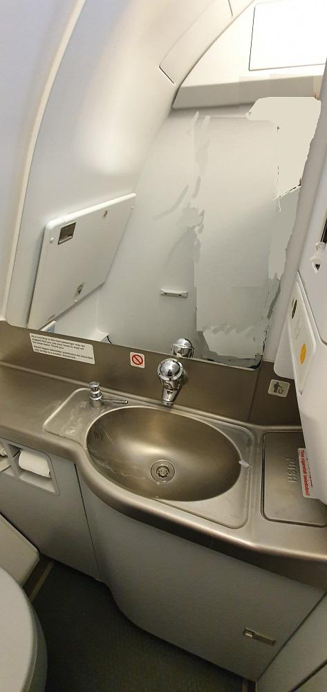 как устроен туалет в самолете