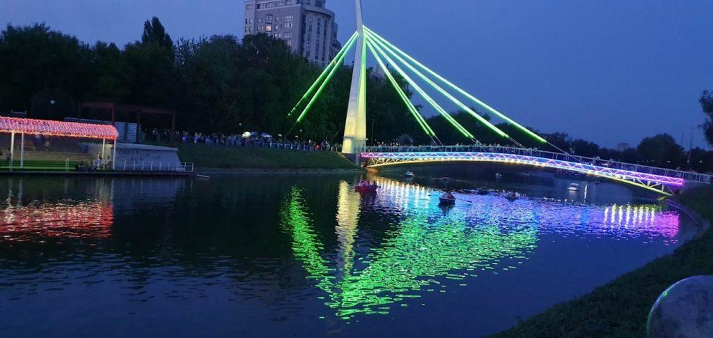 сквер стрелка мост ночью