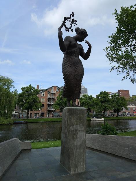 Статуя красивой женщины