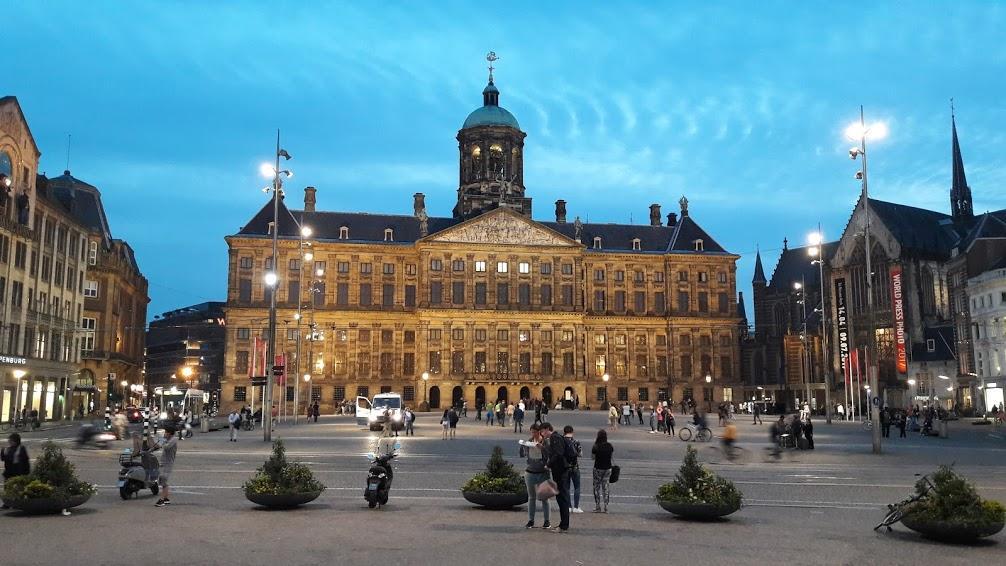 Площадь дам Амстердам